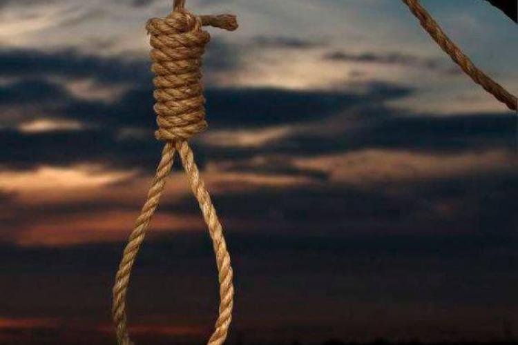 Un bărbat s-a sinucis în scara unui bloc din Gherla FOTO