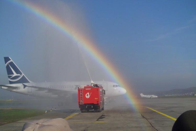 """Primul avion care a aterizat la Cluj, pe noua pistă, """"UDAT"""" ca să fie cu noroc. CURCUBEU SUPERB - VIDEO"""