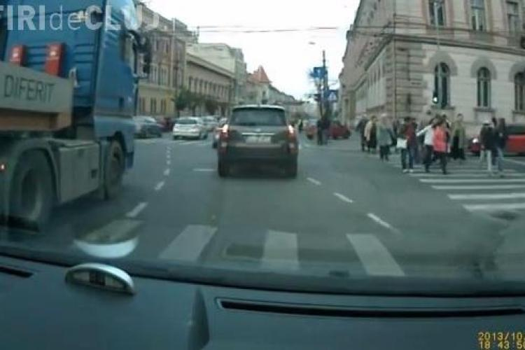 Șofer la un pas să fie lovit de un TIR în intersecția din fața Teatrului Național. MARCAJUL e AIUREA - VIDEO