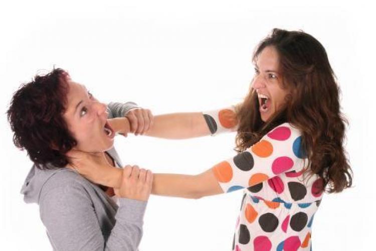 O ceartă între două surori din Dej a degenerat. A vrut să-i taie părul, dar a nimerit gâtul
