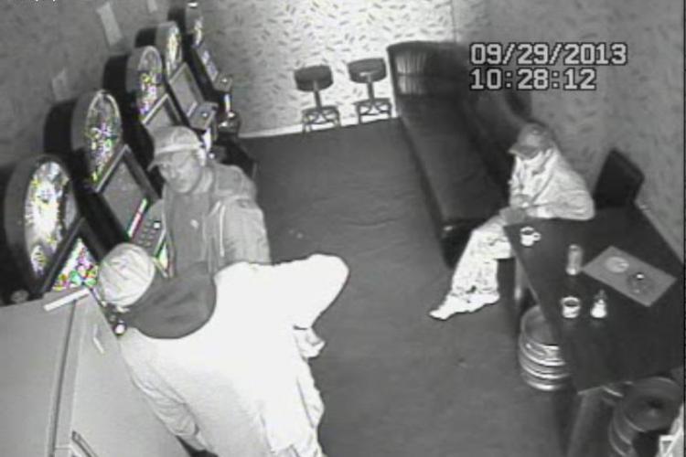 Tupeu de șmecheri! Au spart păcănelele la Dej și au jucat banii în același loc. Poliția îi caută - FOTO