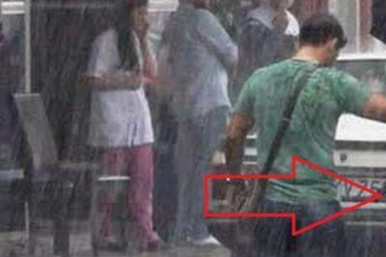 Imaginea care a impresionat! Gestul unui tânăr în timpul unei furtuni - FOTO