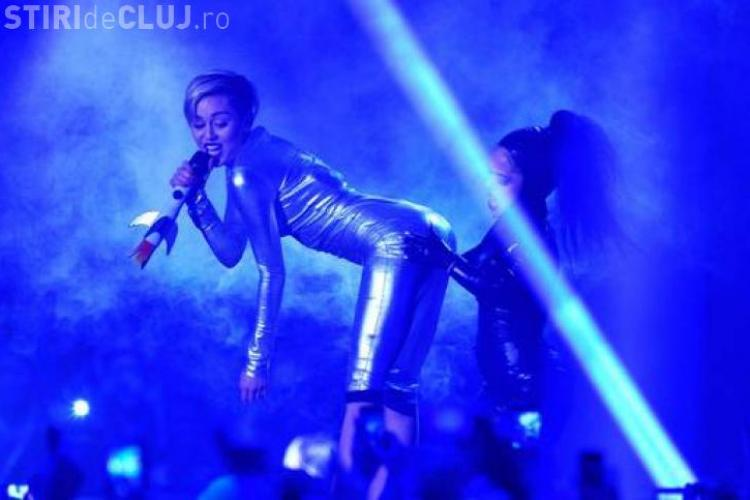Miley Cyrus a şocat la MTV Europe Music Awards. Şi-a aprins o ţigară pe scenă - VIDEO