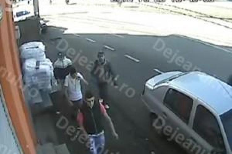 Hoții care au jefuit o bătrână din Dej s-au dat singuri de gol. Vezi cum i-a găsit poliția