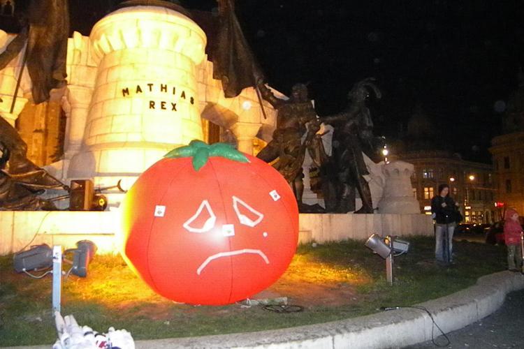 Protest ANTI Roșia Montană la Cluj! Manifestanții cu o ROȘIE gonflabilă au pornit pe străzi - FOTO