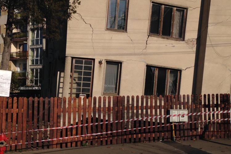 Se PRĂBUȘEȘTE o VILĂ din Andrei Mureșanu. Vecinii ACUZĂ că proprietarii fac totul INTENȚIONAT  - FOTO