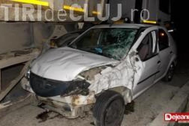 Accident la intrarea în Dej. Un camion a târât un taximetru într-un podeț VIDEO