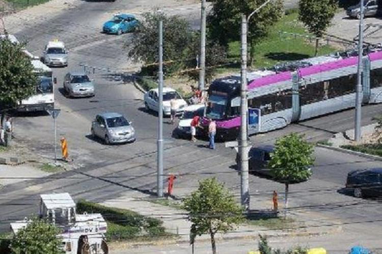 Un șofer a intrat sub tramvai în zona podului Calvaria
