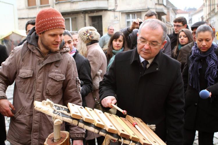 Clujenii pot cânta la instrumente în Piața Muzeului. Emil Boc a cântat la țambal și harpă - FOTO