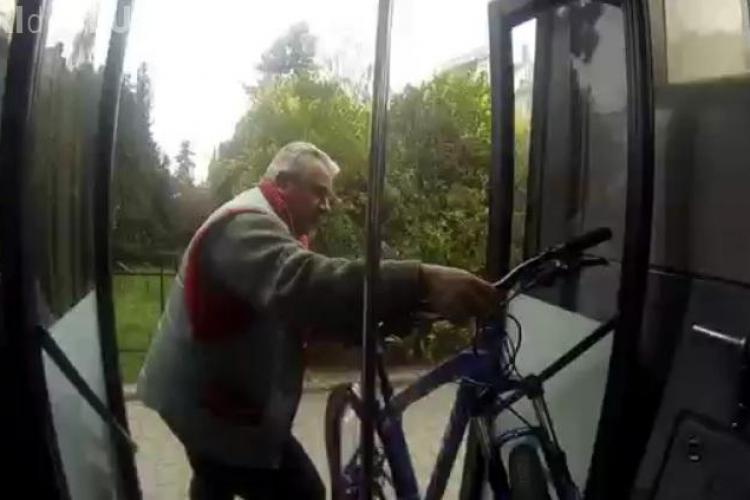 """Șofer RATUC și un biciclist și-au aruncat cuvinte grele: """"Mă-ta-i proasta...!"""" - VIDEO"""