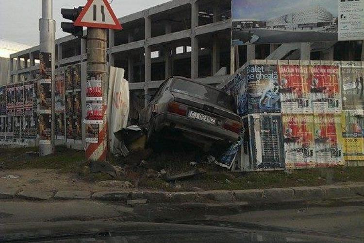 A intrat cu Dacia în gardul Sălii Polivalente - FOTO