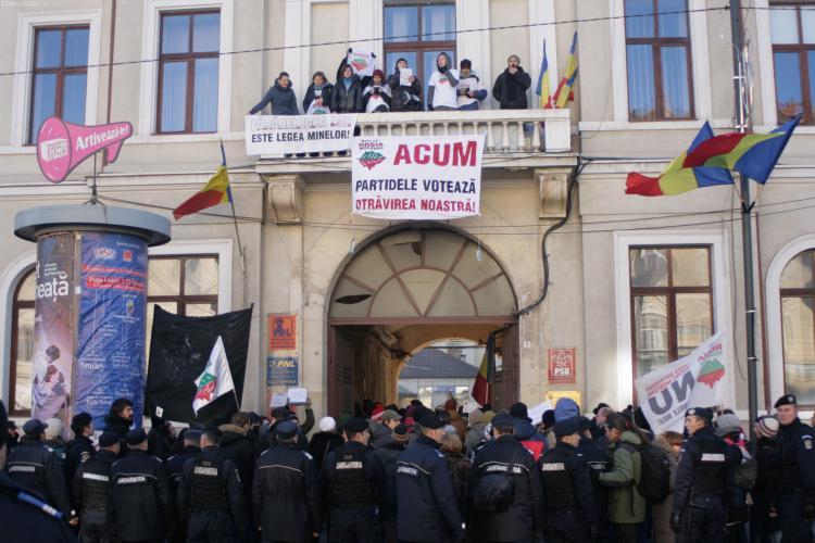 Activiștii Roșia Montană au ocupat sediile partidelor din Cluj - FOTO și VIDEO