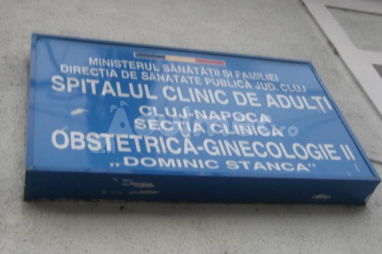 INDIFERENȚĂ? Bebelușul unor părinți nevăzători din Cluj, neglijat la maternitate și lăsat să se zgârie pe față - FOTO