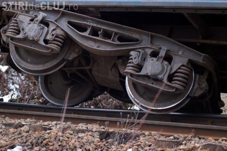 Tren marfar, deraiat pe strada Plevnei. UPDATE: Hoții de fier vechi au furat șuruburile care ancorau șinele