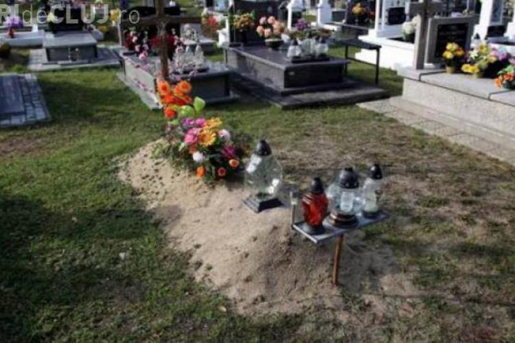 Aranjau mormântul fiului lor, când s-a întâmplat ceva înspăimântător. Mama a leșinat de bucurie