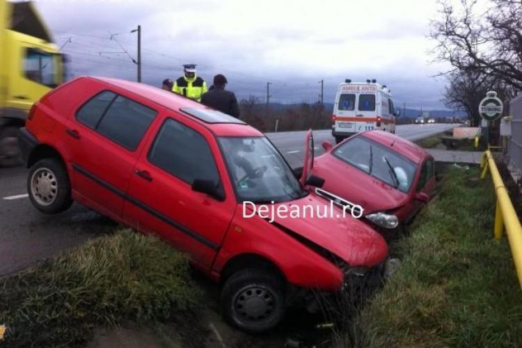 Accident la ieșire din Dej. O mașina a fost aruncată în șanț FOTO