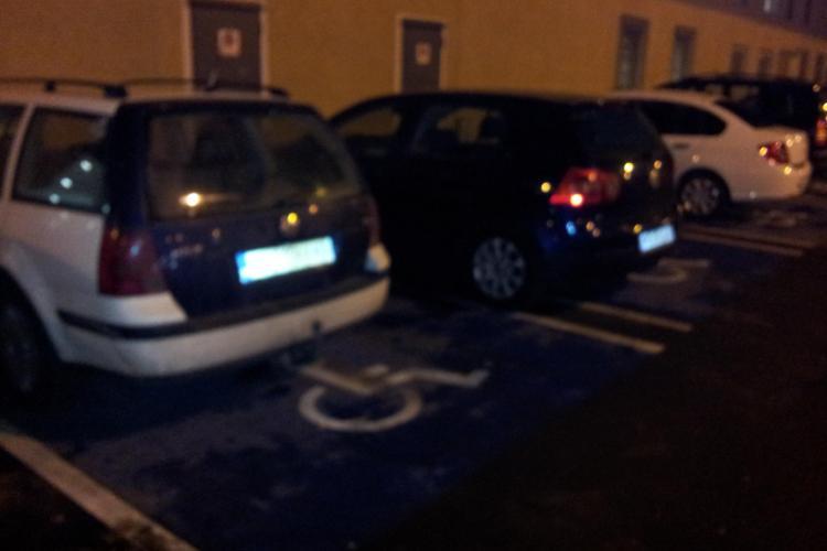 Parcare a la Cluj! BIZONI care staționează pe locul de parcare pentru persoane cu handicap