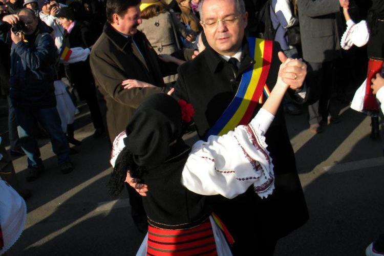 Emil Boc, Uioreanu și Vușcan s-au încins în HORĂ în Piața Avram Iancu - FOTO