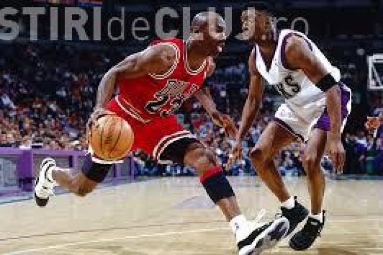 O pereche de ghete purtate de Michael Jordan a fost vândută cu 100.000 de dolari. Vezi cum arată