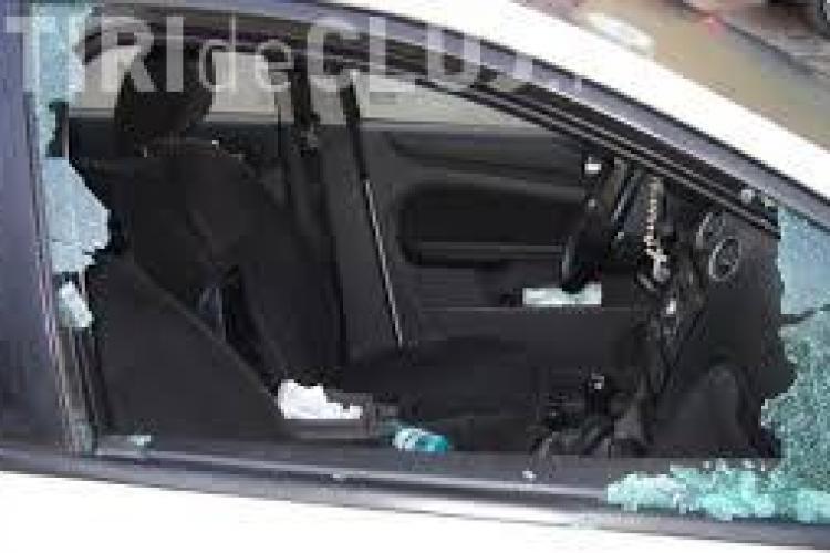 Polițiștii au prins un tânăr care a spart trei autoturisme în centrul Clujului
