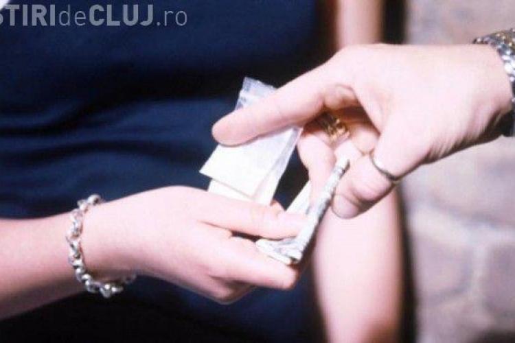 Cinci tineri care vindeau droguri în licee importante din Cluj-Napoca, arestați. Se vorbește și de traficul de la Festivalul Peninsula