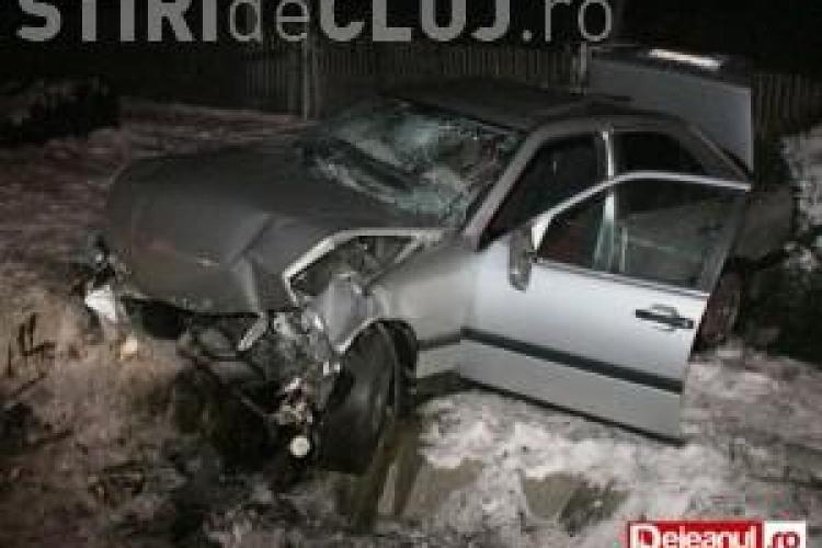 Șofer beat și fără permis și-a făcut praf  Mercedesul și a băgat o tânără în spital VIDEO