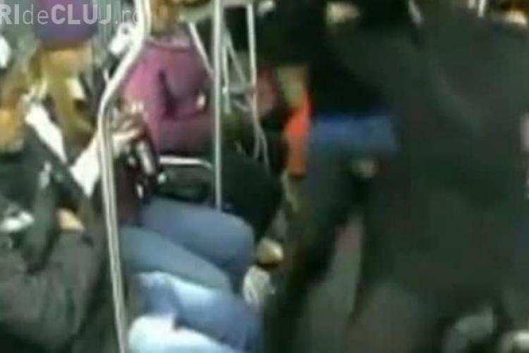 Hoț bătut măr de pasagerii dintr-un autobuz. Bărbatul i-a amenințat cu un pistol - VIDEO