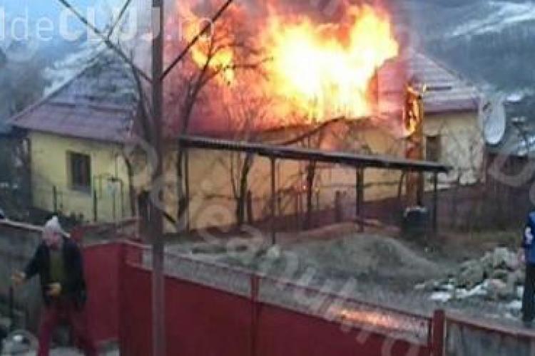 Un clujean a rămas fără casă din cauza unui incendiu. Aproape a fost prins între flăcări VIDEO