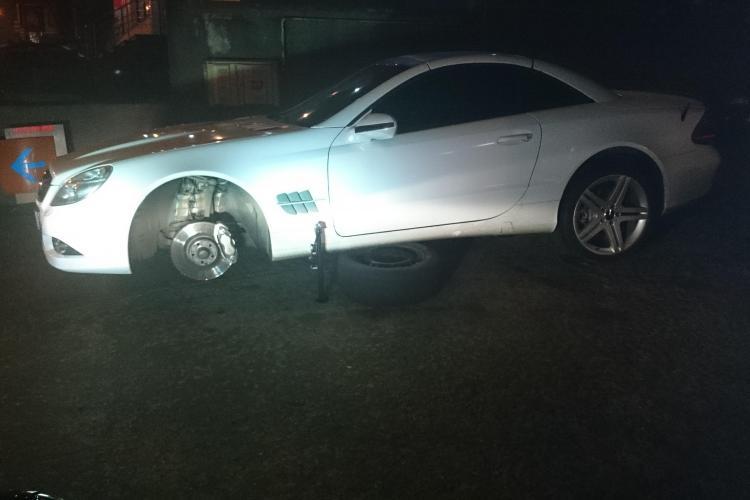 """""""Capcană"""" la urcare pe Calea Turzii. Un șofer și-a avariat Mercedesul într-o lucrare nesemnalizată - FOTO"""