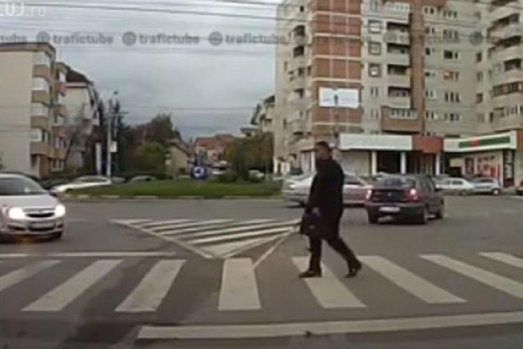 Un nevăzător, la un pas să fie lovit de un șofer în Gheorgheni - VIDEO