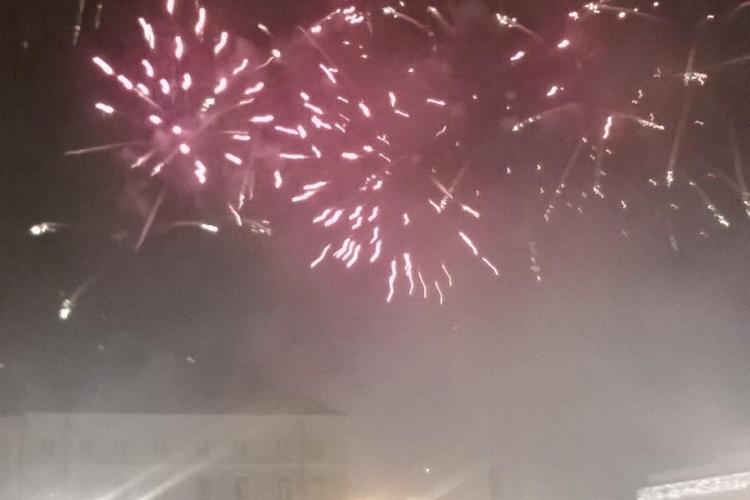 """Cerul """"a luat foc"""" la Cluj în noaptea de Revelion. Artificii şi şampanie în Piaţa Unirii VIDEO"""