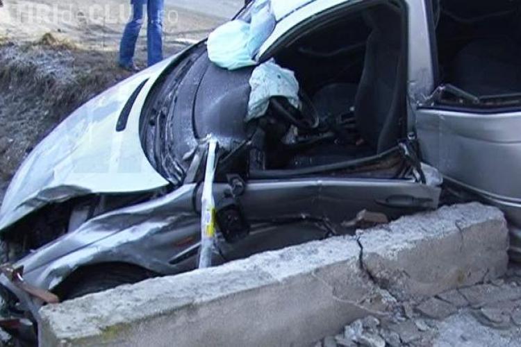 Accident lângă Câmpia Turzii! Trei clujeni răniți grav, după ce mașina lor a intrat într-un cap de pod