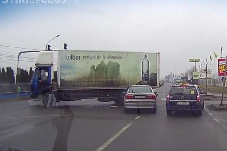 Accident în fața METRO - FLOREȘTI, surprins LIVE. Un șofer a intrat direct sub un autocamion - VIDEO