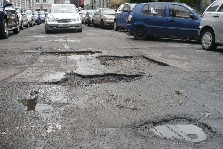 Strada Octavian Petrovici, din centrul orasului, plina de gropi ca dupa bombardament