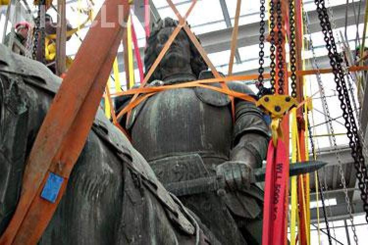 Statuia lui Matei Corvin va fi reamplasata pe soclu pana la finalul lunii august