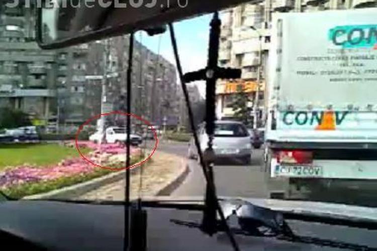 """Un sofer conducea pe contrasens in giratoriul Marasti. Scena i-a socat pe ceilalti conducatori auto care l-au filmat pe """"englez""""- VIDEO"""