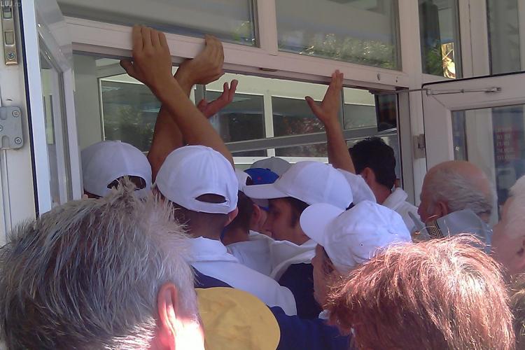 Coada foamei si la Cluj! Un magazin a fost luat cu asalt de pensionari la inaugurare, in cartierul Gheorgheni - VIDEO