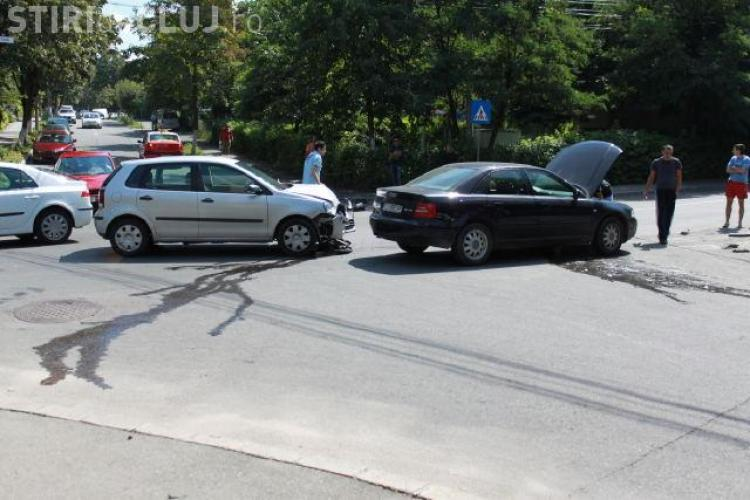 Accident pe strada Viilor la intersectia cu strada Pasteur. Doua masini s-au ciocnit si un barbat a fost dus la spital - FOTO