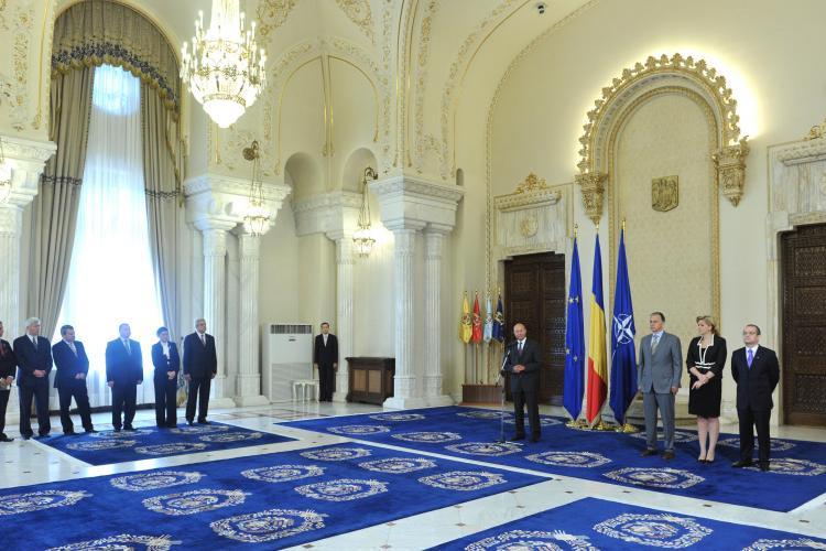 """Noii ministri au depus juramantul in fata presedintelui. Basescu: """"Aplicati austeritatea pentru toti"""""""