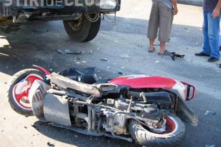 A evitat o gura de canal de pe strada Plevnei si a intrat cu scuterul intr-o masina