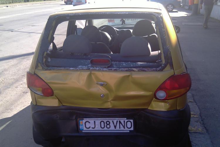 Accident in fata Aeroportului International Cluj! Doua persoane au fost ranite, dupa ce un Matiz a fost lovit din spate de un camion - VIDEO