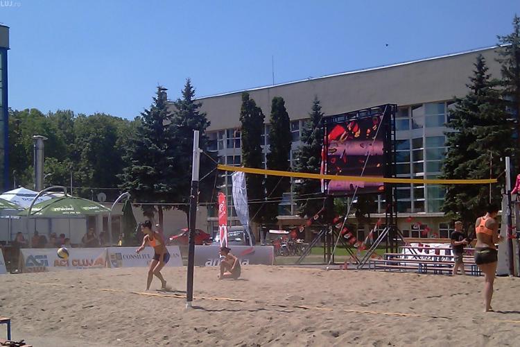 """Plaja, fete sexy, frumoase si """"incinse"""" pe platoul de la Sala Sporturilor, in turneul feminin de beach volley - VIDEO si FOTO"""