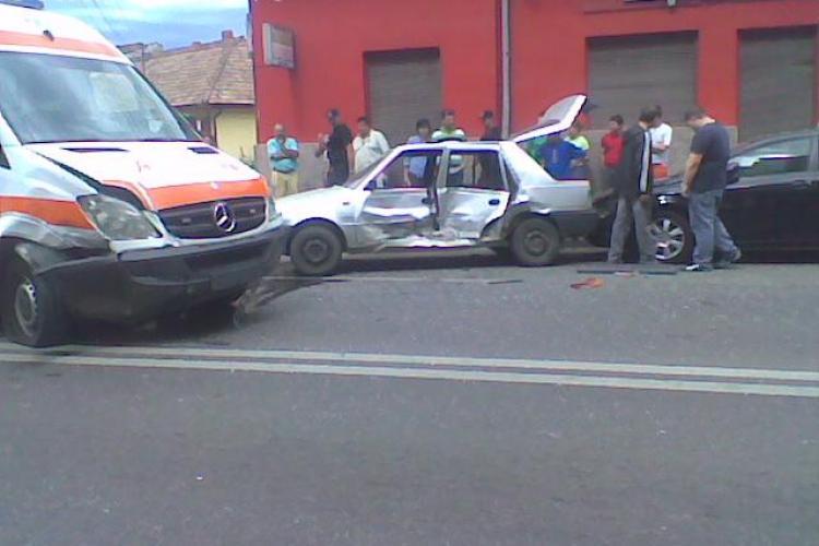 O ambulanta a fost implicata intr-un accident pe strada Bucuresti! Doua persoane sunt ranite! - VIDEO si Galerie FOTO