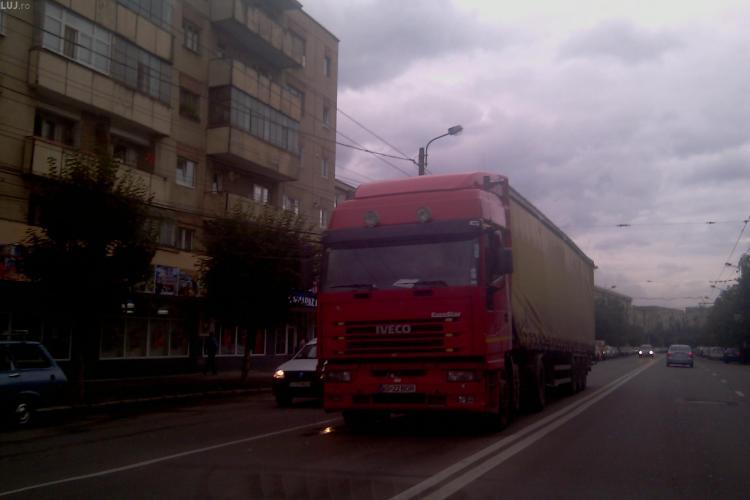 Circulatie blocata pe Nicolae Titulescu. Un TIR a oprit in plina strada dupa ce fier-betonul din remorca a strapuns cabina