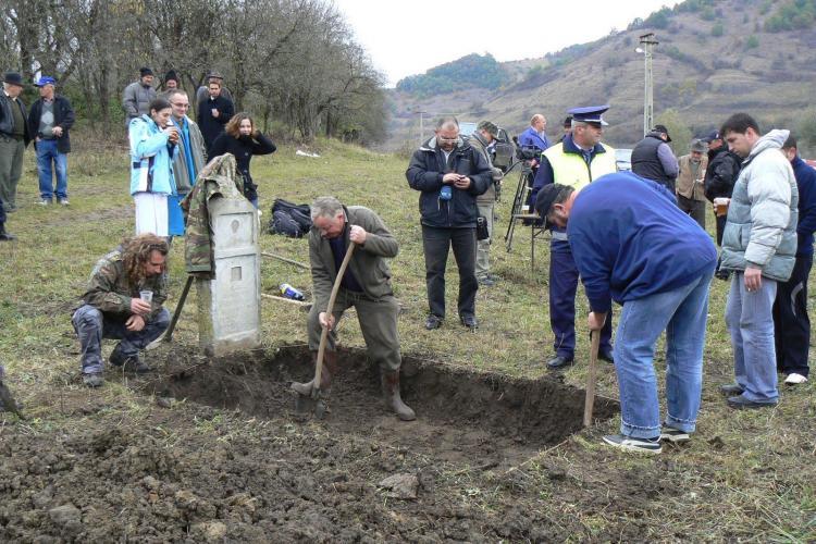 """Luptatori anticomunisti deshumati in satul Santejude-Vale, comuna Taga. Ei faceau parte din gruparea """"Partizanii Regelui Mihai"""""""