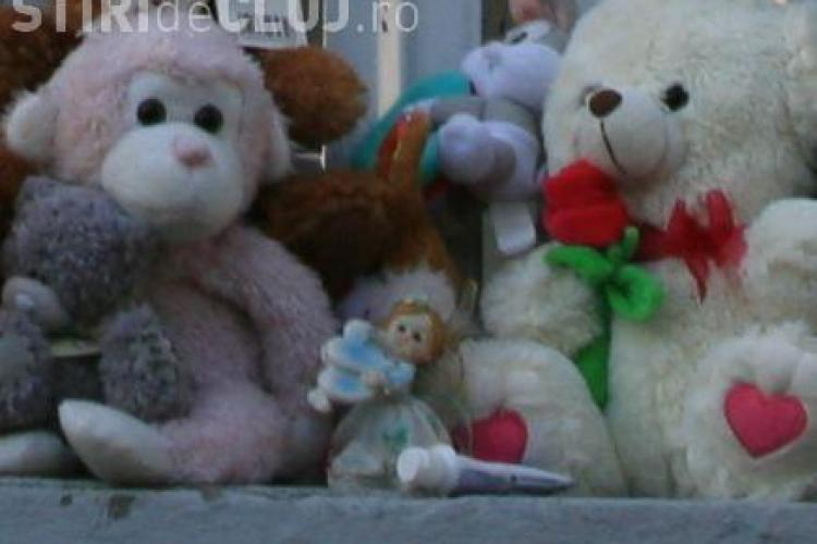 Jucariile lasate de oameni in memoria bebelusilor morti in incendiul de la Maternitatea Giulesti au fost furate!