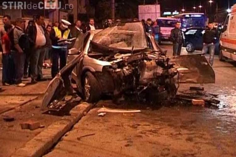 Accident pe Calea Baciului din Cluj! Trei oameni au fost raniti dupa ce un Opel a intrat in gardul unei farmacii VIDEO si FOTO