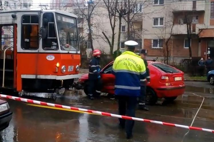 Accident pe strada Plopilor! Un tramvai a lovit un şofer AIURIT - VIDEO