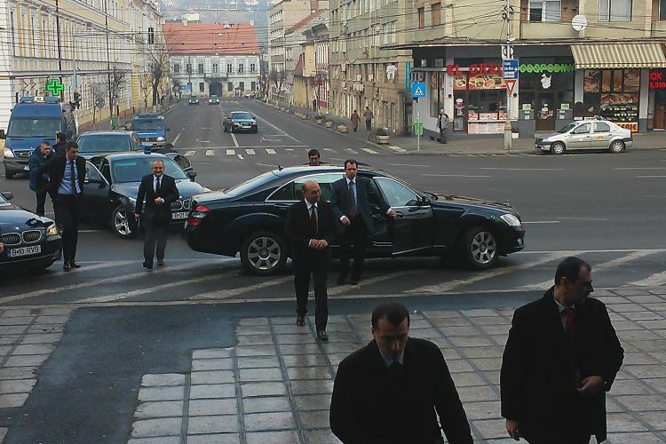 Traian Băsescu a fost aplaudat la Cluj. A fost așteptat de un fost coleg de liceu - VIDEO