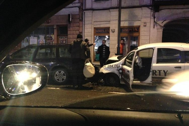 Accident pe Eroilor! O mașină de la Marty a lovit două mașini parcate - FOTO